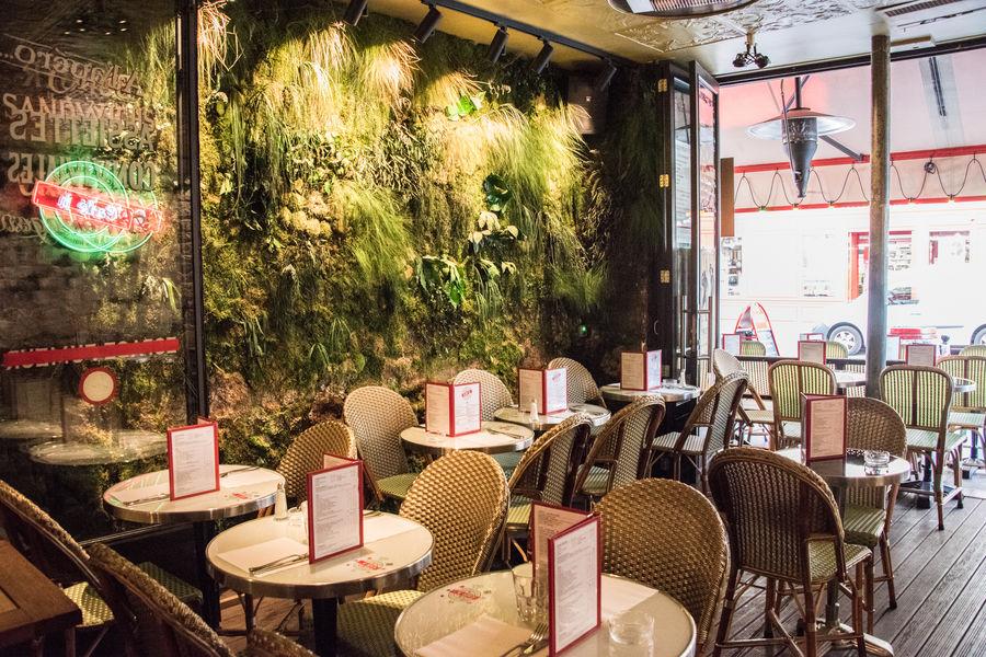 Le Café H  Terrasse encastrée avec mur végétal