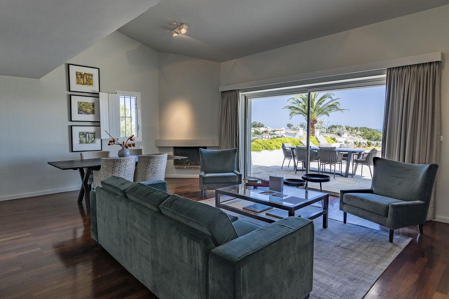 Sandton Hôtel Domaine Cocagne   Découvrez notre magniqiue suite avec une vue sur le mer, vous pourrez aussi apercevoir le fort médiéval de Cagnes-sur-Mer