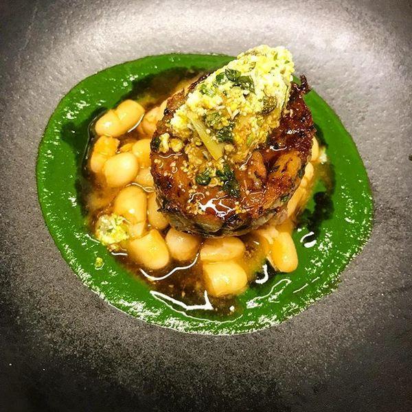 Le Dôme du Marais Croustillant de pied de cochon, haricots coco vinaigre, condiment d'une sauce gribiche