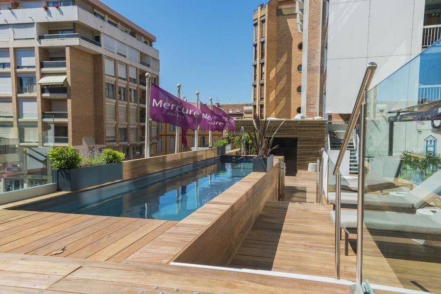Hôtel Mercure Toulouse Centre Saint Georges TERRASSE EXTERIEURE AVEC BAR ET COULOIR DE NAGE