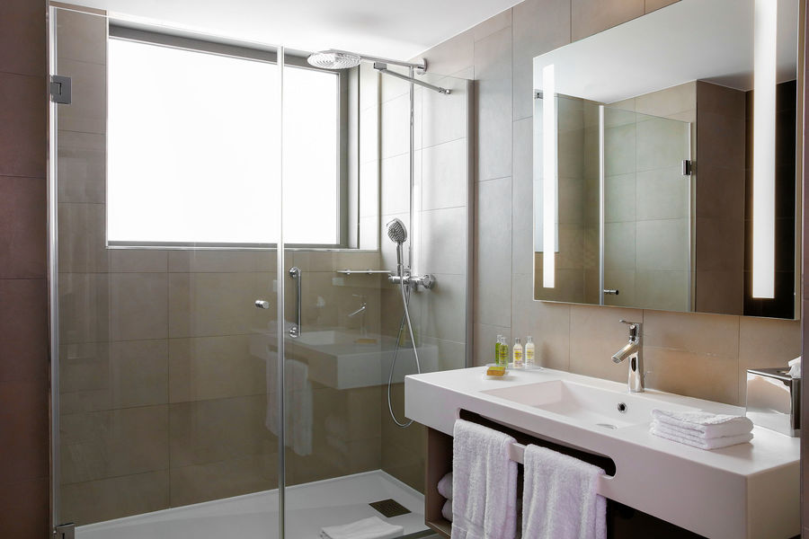 Hilton Garden Inn Bordeaux Centre **** Hilton Garden Inn Bordeaux Centre **** - suite avec terrasse - salle de bain