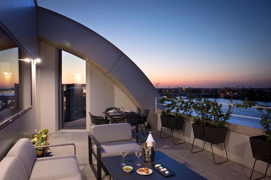 Hilton Garden Inn Bordeaux Centre **** Hilton Garden Inn Bordeaux Centre **** - suite avec terrasse - nuit