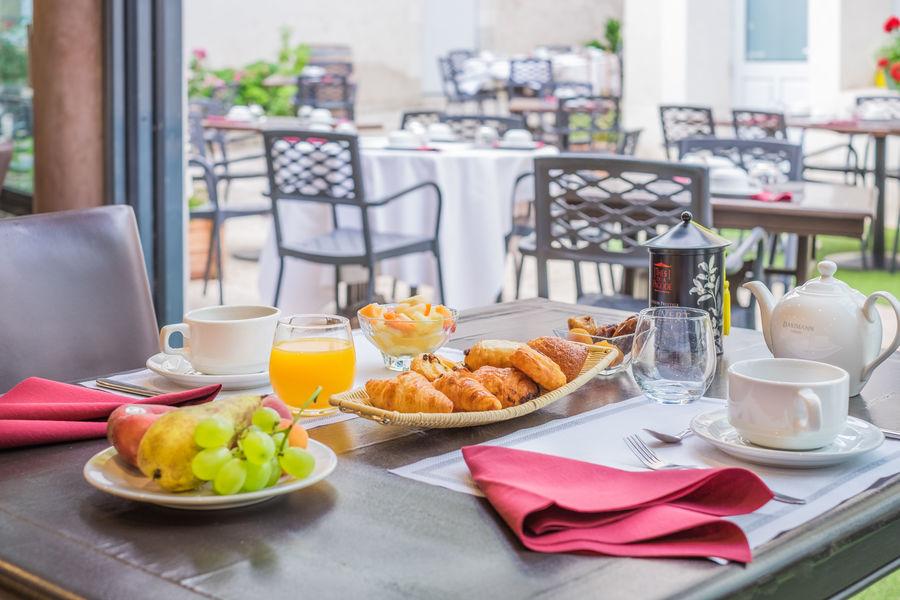 Relais du Silence le Domaine des Thômeaux Table petit déjeuner
