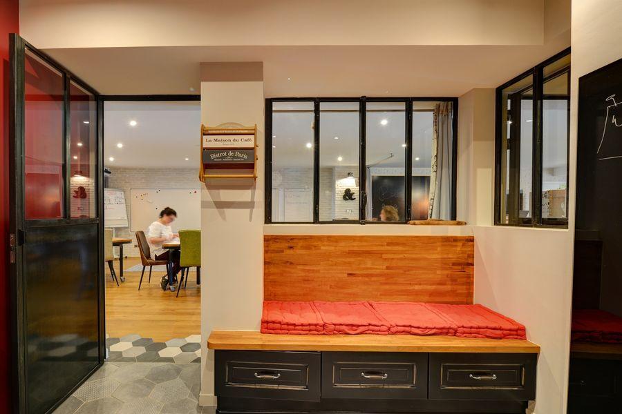 La Filature Dans la cuisine, petit espace de travail en binome ou espace où s'isoler pour les conf call.