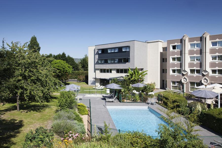 Novotel Clermont-Ferrand *** Piscine vue du jardin