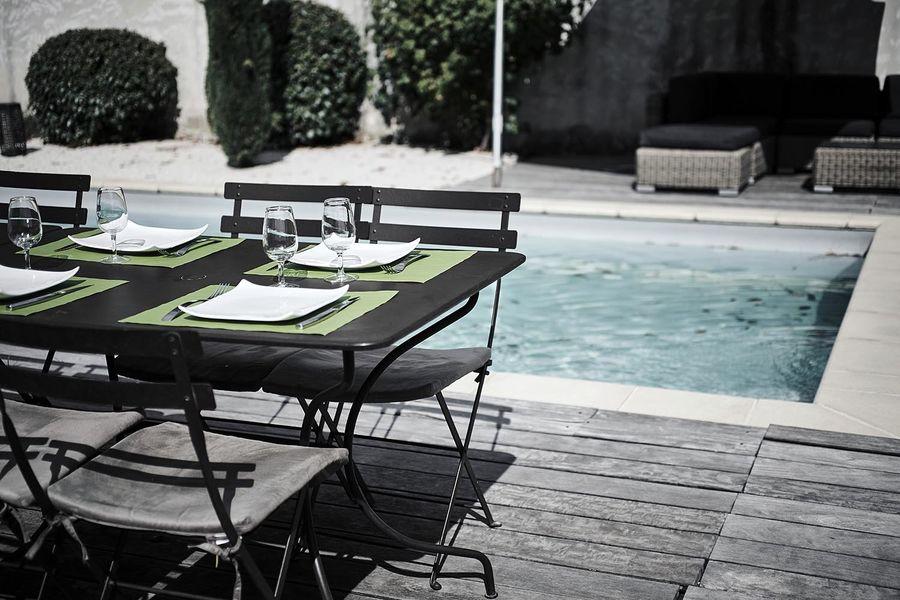 Hermitage de Moly Extérieur- la terrasse en bord de piscine