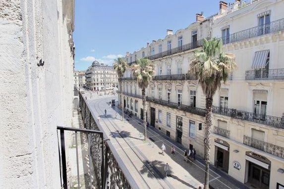 Le Paon Vue des balcons sur la rue Maguelone