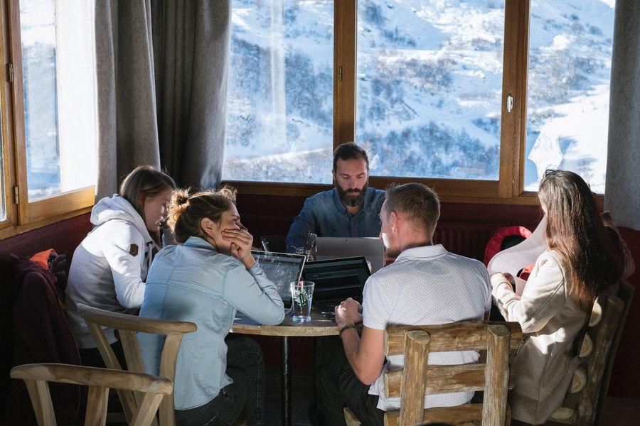 ho36 Les Menuires 3 Vallées Réunion de travail dans la salle du restaurant