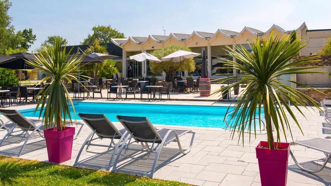 Brit Hotel Nantes Vigneux – L'Atlantel *** Terrasse et piscine extérieure