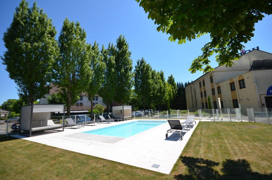 Kyriad Dijon Est Mirande *** La piscine extérieure chauffée