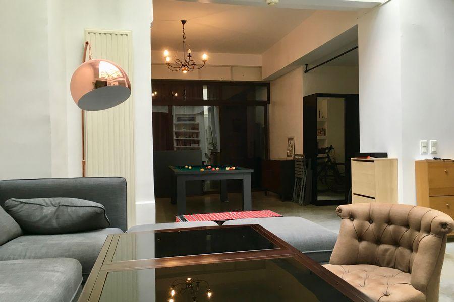 LIVELY INSIGHTS canapé avec table modulaire et vue vers espace détente billard