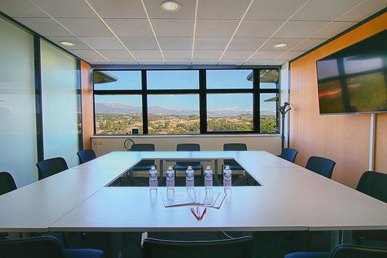 Salle de réunion entièrement équipée avec jolie vue sur les montagnes