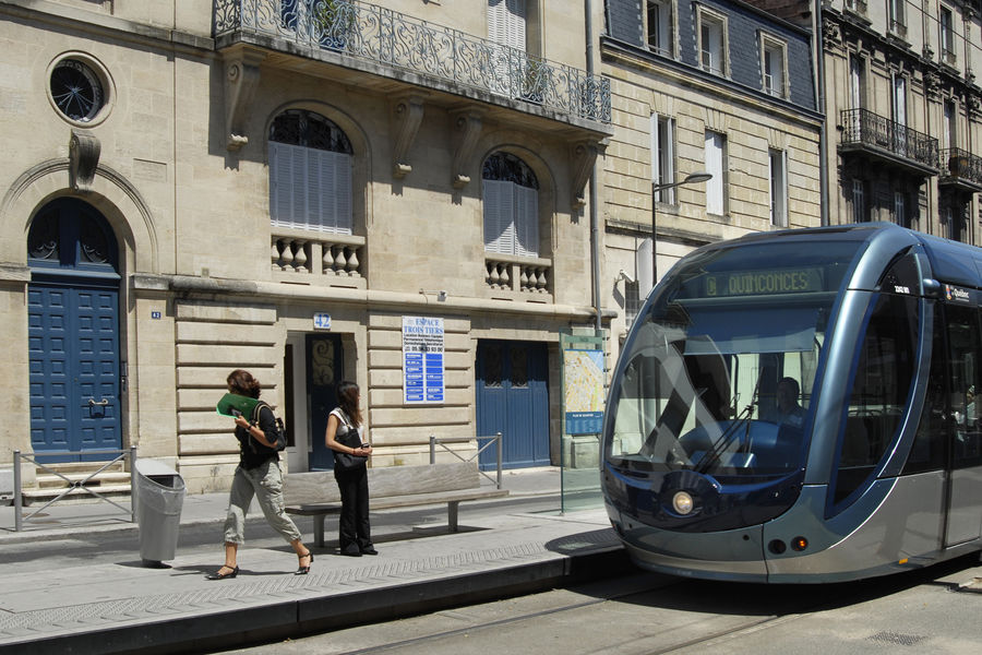 Espace Trois Tiers Accès Tram Ligne C - arrêt Tauzia devant nos bureaux