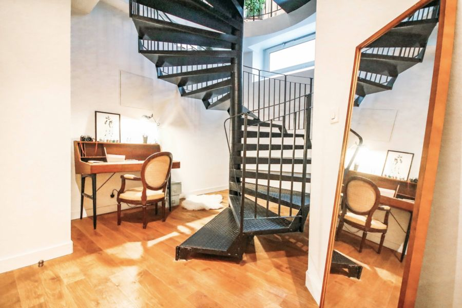 Le 42 escalier qui mène à la salle de projection