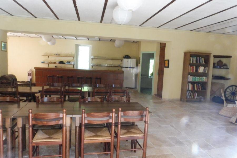 Les Blaches Salle de restauration avec bar et vaiselle