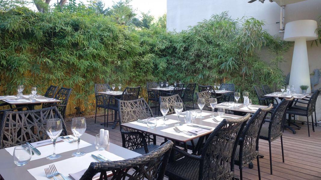 L'avenue Carnot  la terrasse entourée de bambous de l'Avenue Carnot Restaurant