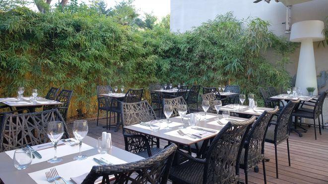 la terrasse entourée de bambous de l'Avenue Carnot Restaurant