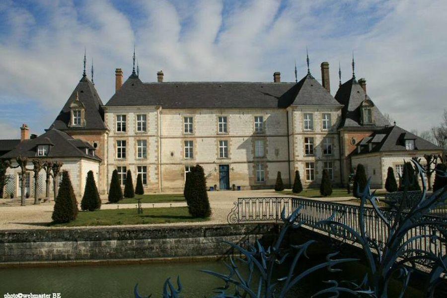 Château de Vitry-la-Ville Cour d'honneur du château