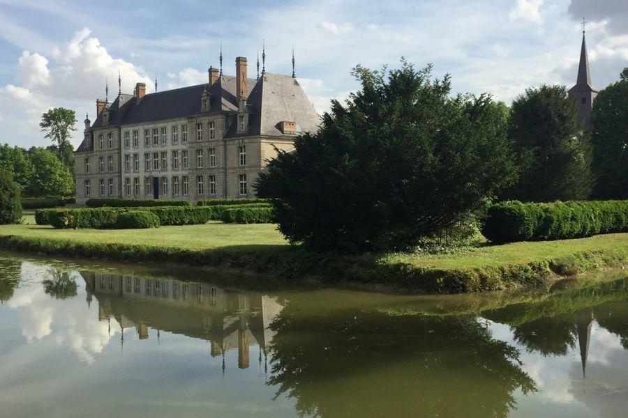 Château de Vitry-la-Ville Promenade au bord des douves