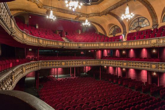 Théâtre - avec orchestre assis