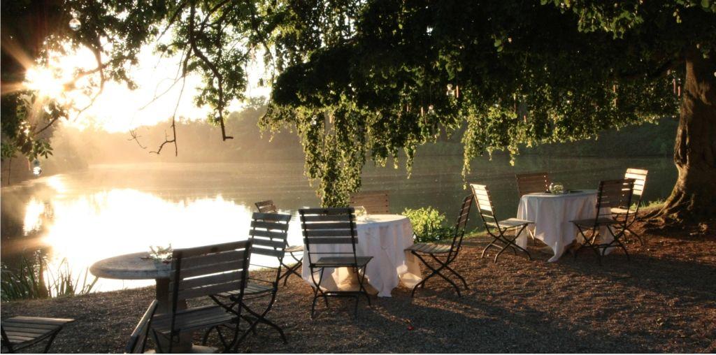 Domaine des Vaux de Cernay Terrasse du Cîteaux face à l'étang