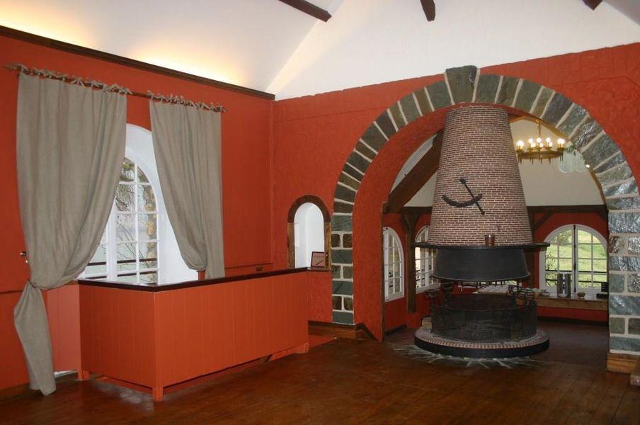 Domaine des Vaux de Cernay Cheminée ouverte à 360 ° au salon Cîteaux
