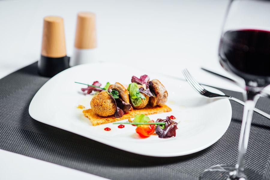 Hôtel Athéna Spa **** Filet de caille, cuisse en cromesquis, sablé de parmesan, herbes fraîches aux pignons de pin