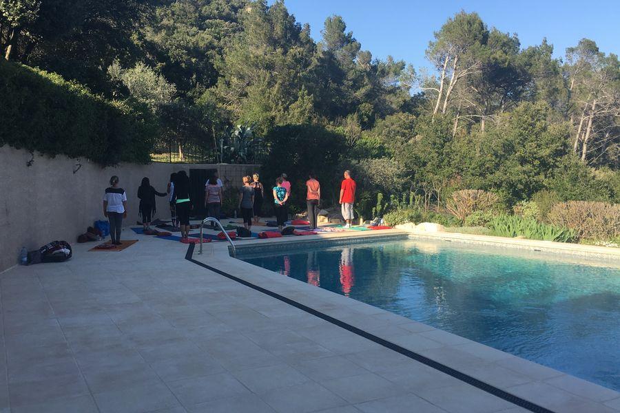 Les Arbousiers Yoga au bord dela piscine