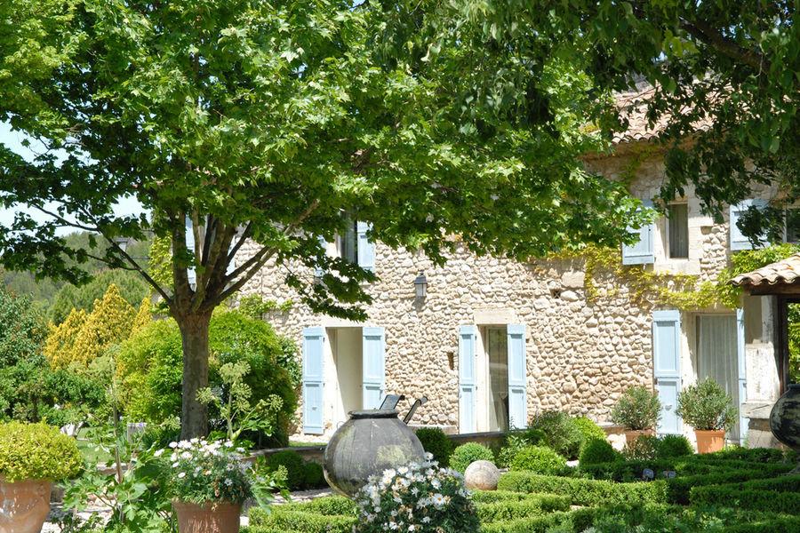 La Bastide de Marie  extérieur Bastide crédits MPM, Home Production, D. André, B. Toul & DR