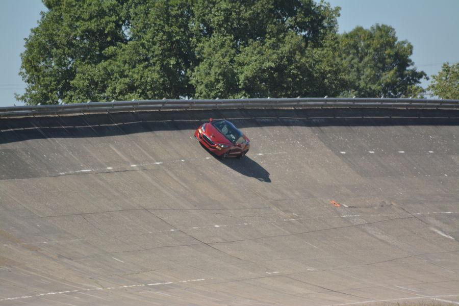 Autodrome de Linas-Montlhéry Anneau de vitesse incliné à 52 degrés, idéal pour des baptêmes et sensations fortes !