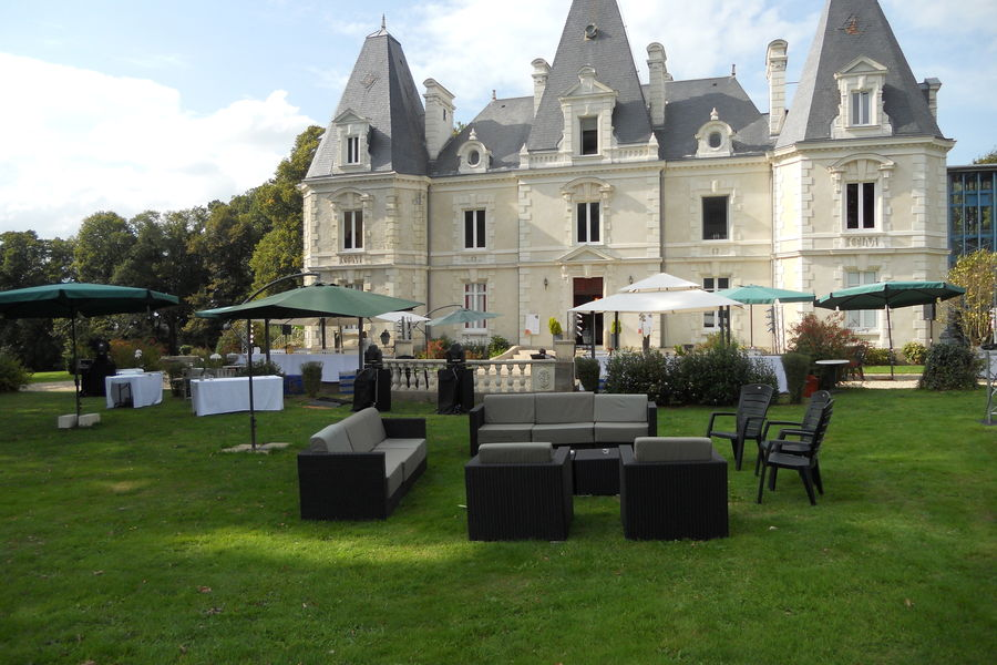 Château le Saz espace extérieur, terrasse privative de 600 m² et un parc de 3 hectares