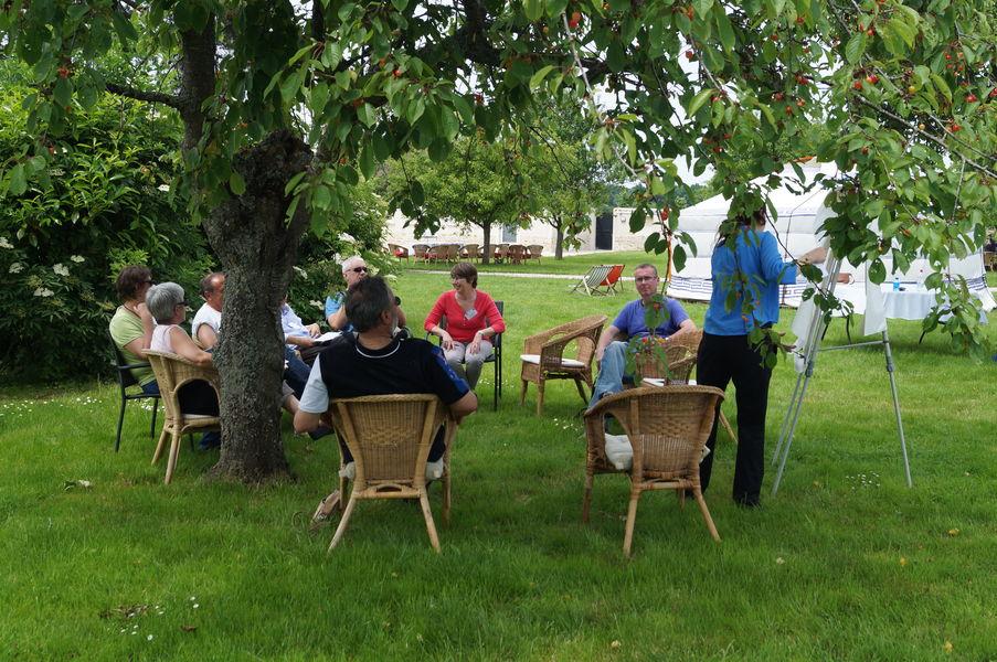 Nomade Lodge réunion informelle jardin yourtes