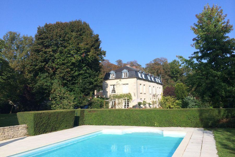 La Maison du Miroir Piscine et sa terrasse