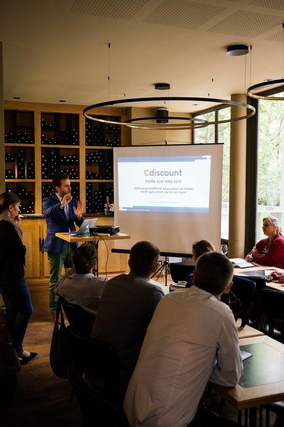 Conférence de presse dans la vinothèque
