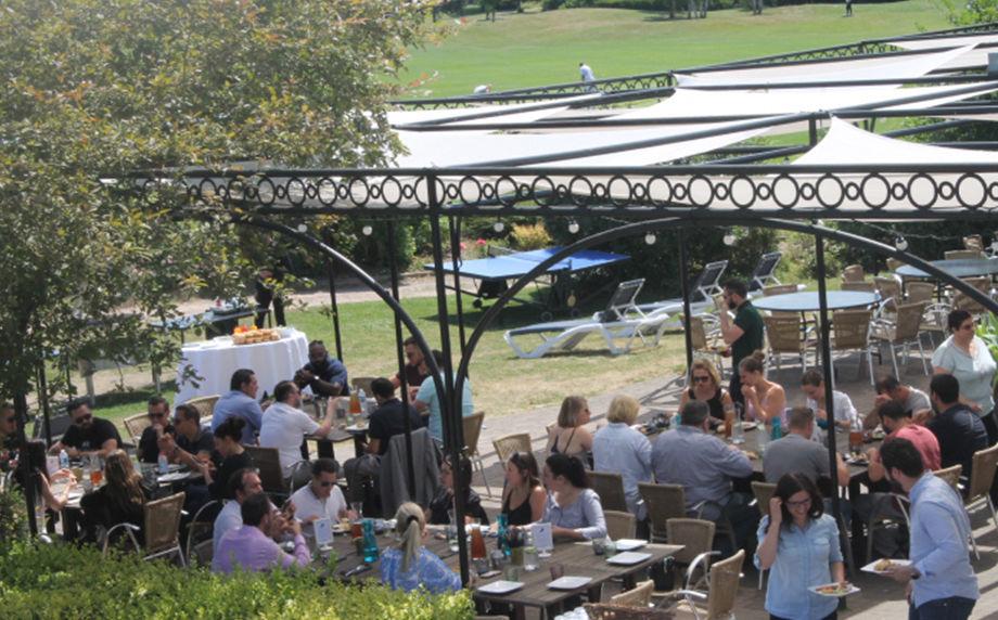 Etiolles Country Club Terrasse