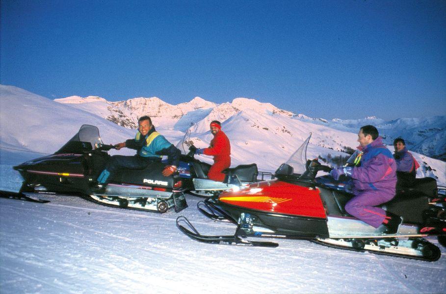 Hotel La Lauzetane *** activités scooter des neiges à Pra Loup en fin d'après midi