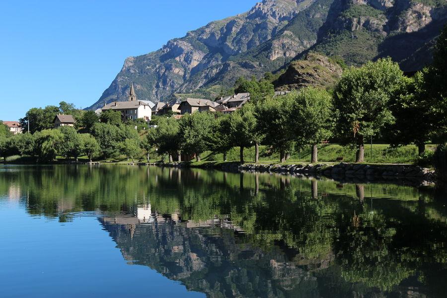 Hotel La Lauzetane *** Environnement de l'hôtel le lac du Lauzet Ubaye (baignade possible)