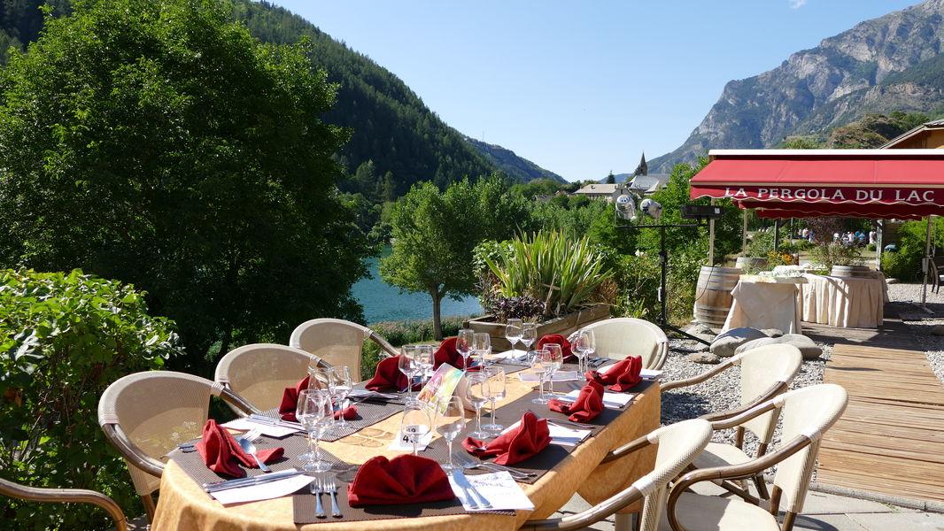 Hotel La Lauzetane *** en eté la terrasse exterieure pour diner ou pour l' apéritif