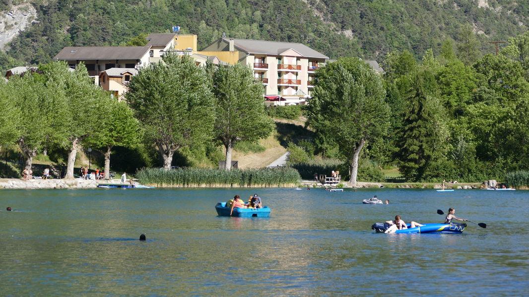 Hotel La Lauzetane *** paddle sur le lac du Lauzet (juillet aout) et l'hôtel en arrière plan