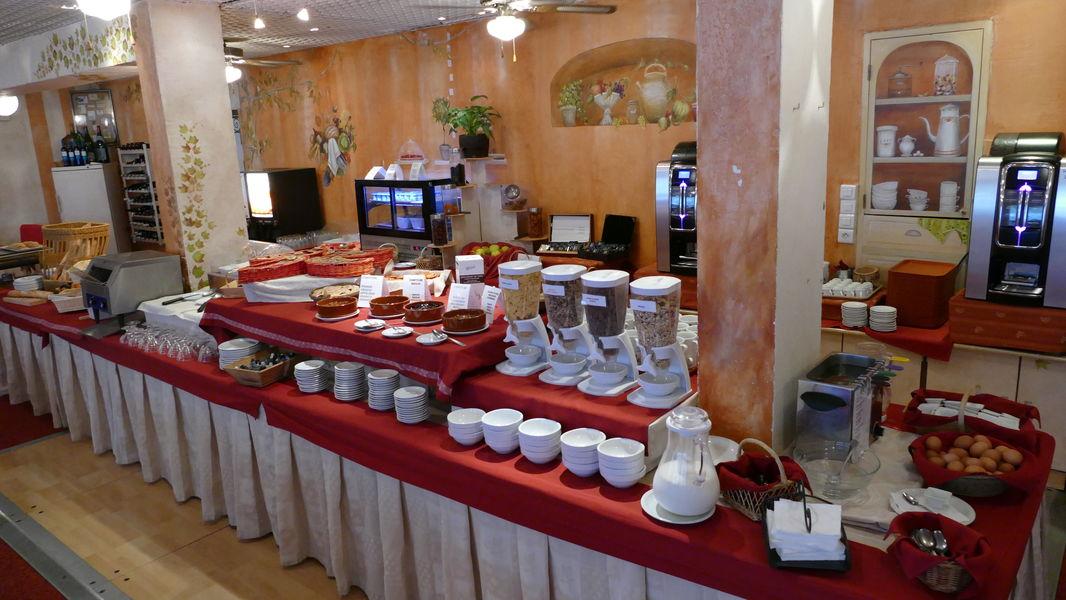 Hotel La Lauzetane *** le petit déjeuner du restaurant sous forme de buffet