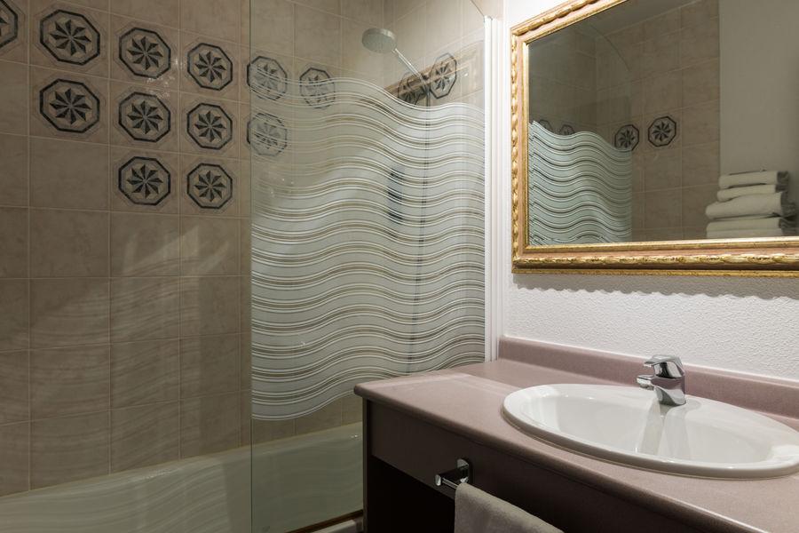 Hotel The OriginalsAlteora Poitiers Site du Futuroscope Salle de bain