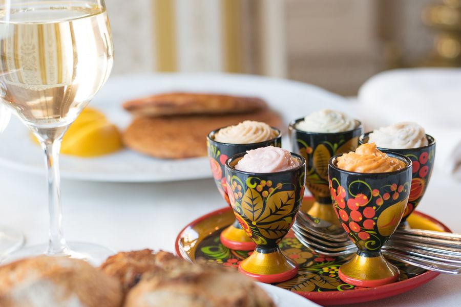 Café Pouchkine Assortiment de 5 taramas : oeufs de cabillaud, truffe d'été, piment d'espelette, tobiko wasabi, crabe