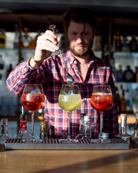 Les Maquereaux Nos bartender préparent des cocktails maison