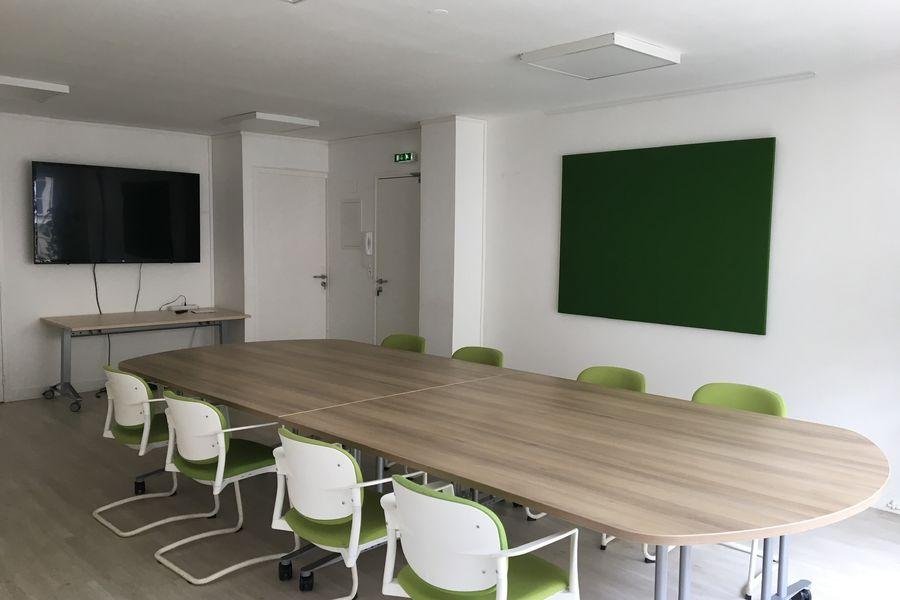 Salons 8ème Sens - Angers Béclard Salle verte - configuration table vue vers TV