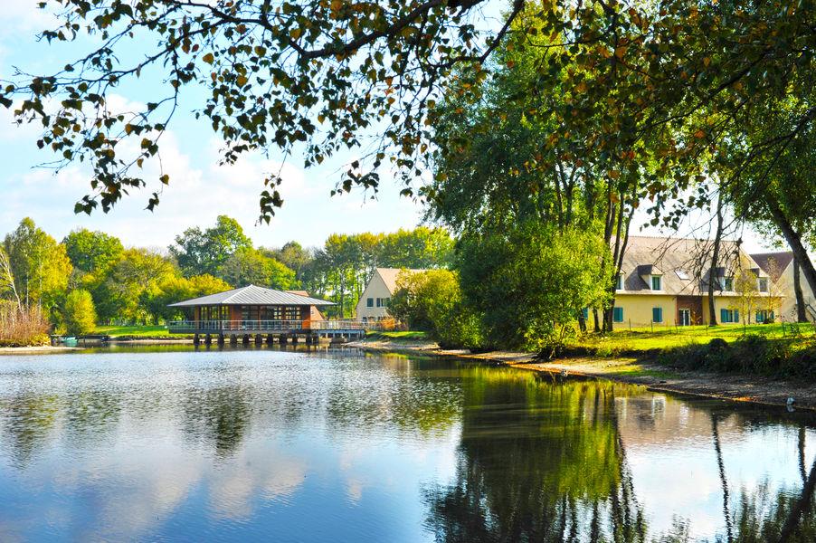 Azureva Sainte Montaine en Sologne *** Salle Sand sur pilotis, sur notre étang