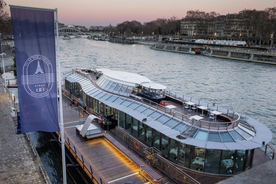 Ducasse sur Seine À quai