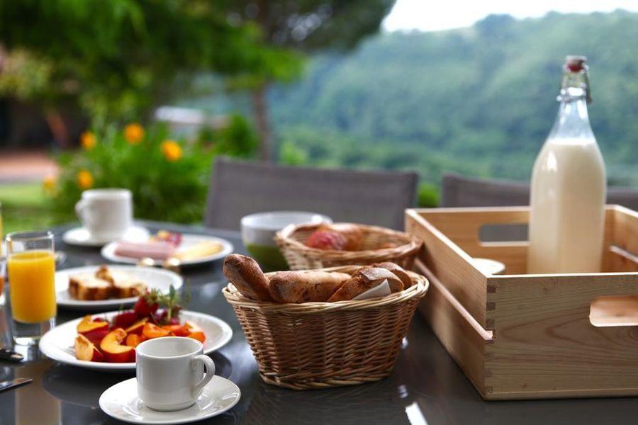 La Ferme du Cayla Petit déjeuner vue sur la vallée