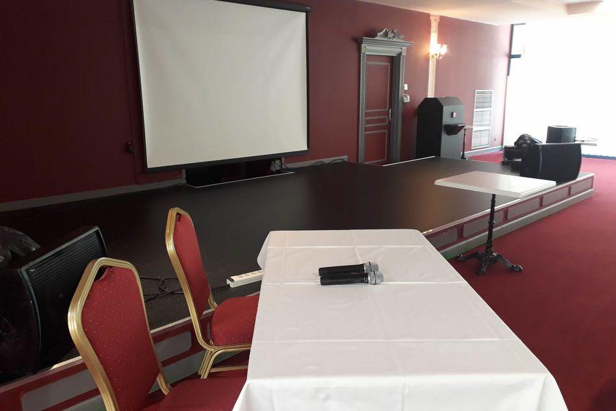 Casino - Plombières les Bains Salon Impérial - scène disposée pour uen conférence