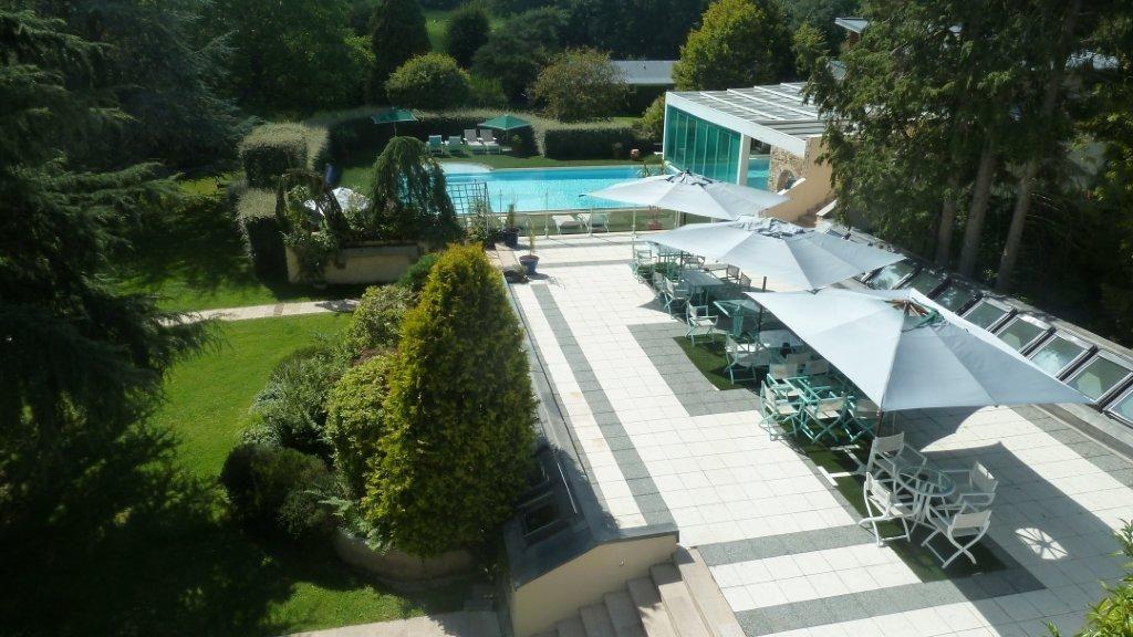 Hotel The Originals Le Manoir du Lys Manoir du Lys La terrasse avec piscine