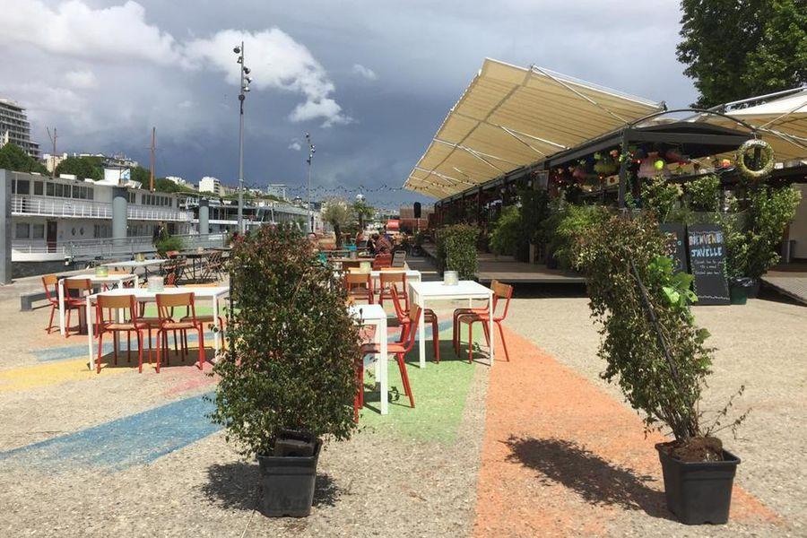 La Terrasse de la Demoiselle de Javelle (sur le quai) Délimitation de l'espace avec plantes & potelets + présence d'un agent de sécurité